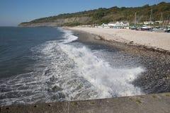 Praia de Lyme Regis e costa jurássico inglesa BRITÂNICA de Dorset Inglaterra das ondas Imagem de Stock