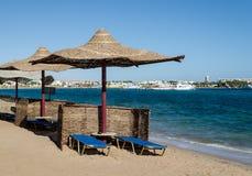 """Praia de Makadi, †de Hurghada """"janeiro de 2016: Guarda-chuvas da palha pelo th Imagem de Stock Royalty Free"""