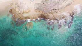 Praia de Makua na ilha de Oahu no zangão de Havaí em linha reta para baixo sobre o recife video estoque