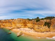 Praia de Marinha Most όμορφη παραλία σε Lagoa, Αλγκάρβε Πορτογαλία Εναέρια άποψη σχετικά με τους απότομους βράχους και την ακτή τ στοκ εικόνα