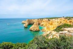 Praia de Marinha Most όμορφη παραλία σε Lagoa, Αλγκάρβε Πορτογαλία Εναέρια άποψη σχετικά με τους απότομους βράχους και την ακτή τ στοκ φωτογραφία με δικαίωμα ελεύθερης χρήσης