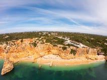 Praia DE Marinha Most mooi strand in Lagoa, Algarve Portugal Satellietbeeld op klippen en kust van de Atlantische Oceaan royalty-vrije stock foto
