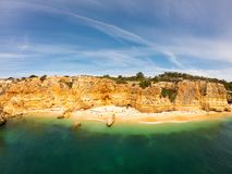 Praia De Marinha Najwi?cej pi?kna pla?a w Lagoa, Algarve Portugalia Widok z lotu ptaka na falezach i wybrze?u Atlantycki ocean obrazy stock