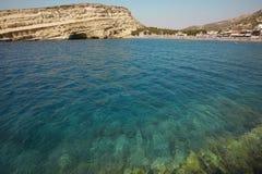 Praia de Matala com água de turquesa na Creta Greece fotos de stock royalty free