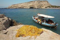 Praia de Matala com o barco de pesca na Creta Greece foto de stock royalty free