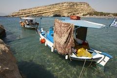 Praia de Matala com os barcos de pesca na Creta Greece imagem de stock royalty free