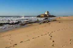 Praia de Miramar da praia de Miramar e capela Senhor a Dinamarca Pedra, perto de Porto, Portugal histórico Imagem de Stock Royalty Free