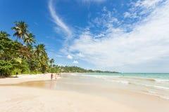 Praia de Mirissa, Sri Lanka - em dezembro de 2015 - turistas que andam em t Imagens de Stock
