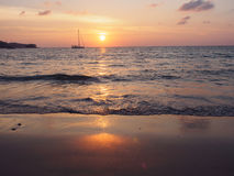 Praia de Nai Yang pelo por do sol fotos de stock royalty free