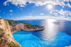 Praia de Navagio com naufrágio contra o por do sol na ilha de Zakynthos em Grécia Foto de Stock
