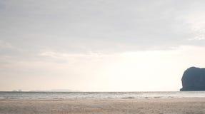 Praia de Pakmeng sob o por do sol imagens de stock