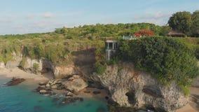 Praia de Pantai Tegal Wangi, ilha de Bali indon?sia Silhueta do homem de neg?cio Cowering vídeos de arquivo