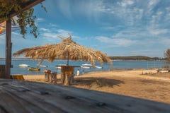 Praia de Paradise com barra da palma fotos de stock