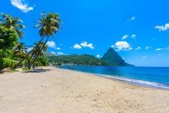 Praia de Paradise na ba?a de Soufriere com vista ao pit?o na cidade pequena Soufriere em St Lucia, ilha das Cara?bas tropical fotografia de stock royalty free