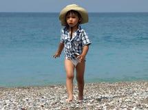 Praia de passeio do rapaz pequeno Fotos de Stock
