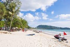 Praia de Patong, Phuket, Tailândia - 25 de julho de 2016: Os turistas apreciam Fotos de Stock