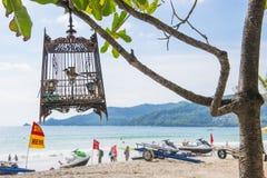 Praia de Patong, Phuket, Tailândia - 25 de julho de 2016: Os turistas apreciam Imagens de Stock