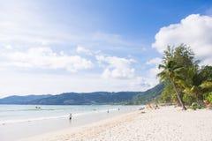 Praia de Patong, Phuket, Tailândia - 25 de julho de 2016: Os turistas apreciam Foto de Stock