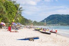 Praia de Patong, Phuket, Tailândia - 25 de julho de 2016: Os turistas apreciam Imagem de Stock Royalty Free