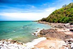 Praia de pedra com o céu azul agradável Imagem de Stock
