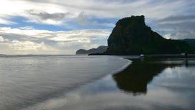 Praia de Piha, uma praia preta popular da areia para atividades recreacionais em Auckland imagem de stock
