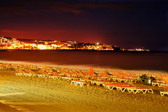 Praia de Playa del Ingles na noite em Maspalomas, Gran Canaria, termas Imagem de Stock