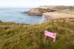 Praia de Poldhu com aviso imagem de stock royalty free