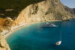 Praia de Porto Katsiki com barcos Fotografia de Stock Royalty Free