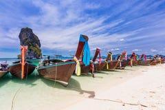 Praia de Railay com os barcos coloridos da cauda longa em Krabi, Tailândia Imagem de Stock