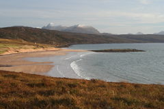 Praia de Redpoint e as montanhas de Torridon, montanhas noroestes de Scotland, montanhas noroestes de Scotland Fotografia de Stock
