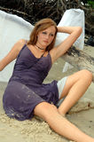 Praia de relaxamento da menina bonita Fotografia de Stock