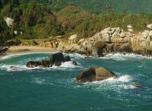 Praia de Sandy com penhascos Fotografia de Stock Royalty Free
