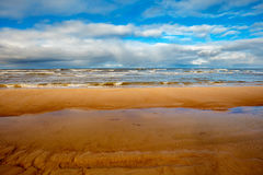 Praia de Sandy em um dia ensolarado Fotos de Stock Royalty Free