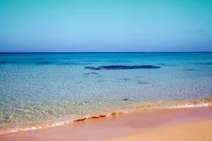 Praia de Sandy em um dia ensolarado Imagem de Stock Royalty Free