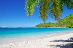 Praia de Sandy no dia ensolarado do verão. Imagens de Stock