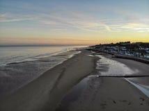 Praia de Sandy no por do sol imagens de stock royalty free