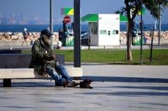 Praia de Sao拉斐尔,葡萄牙- 11/19/2017 :无家可归的流浪汉 图库摄影