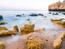 Praia de Sao Rafael Sao Rafael strand i den Algarve regionen, Portuga Fotografering för Bildbyråer