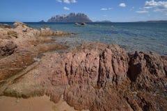 Praia de Sardinia, Porto Istana que enfrenta a ilha de Tavolara fotografia de stock royalty free