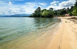Praia de Siuri no lago Poso indonésia fotografia de stock