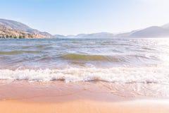 Praia de Skaha no dia claro com céu azul e montanhas fotografia de stock
