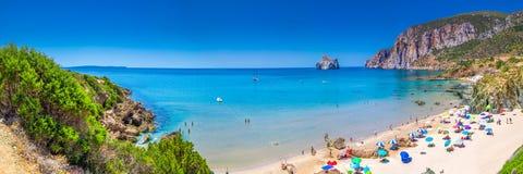 Praia de Spaggia di Masua e Pan di Zucchero, Costa Verde, Sardinia, Itália fotografia de stock