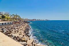 Praia de Stonesl sob o céu azul Imagem de Stock Royalty Free