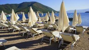 Praia de Sunbeds Imagens de Stock Royalty Free