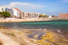 A praia de Sunny Mediterranean, turistas relaxa na areia, pessoa banha-se Imagens de Stock