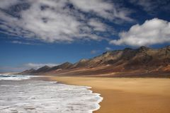 Praia de Surfboard imagem de stock
