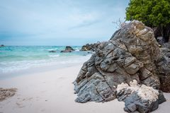 Praia de Ta Yai na ilha de Koh Larn em Pattaya, Tail?ndia foto de stock