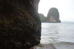 PRAIA DE THAM PHRA NANG EM KRABI TAILÂNDIA Imagem de Stock Royalty Free