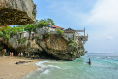 Praia de Uluwatu, Bali, Indonésia - 2 de outubro de 2016: Surfistas na praia de Uluwatu imagem de stock royalty free