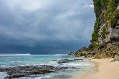 Praia de Uluwatu na ilha de Bali, Indonésia imagem de stock royalty free